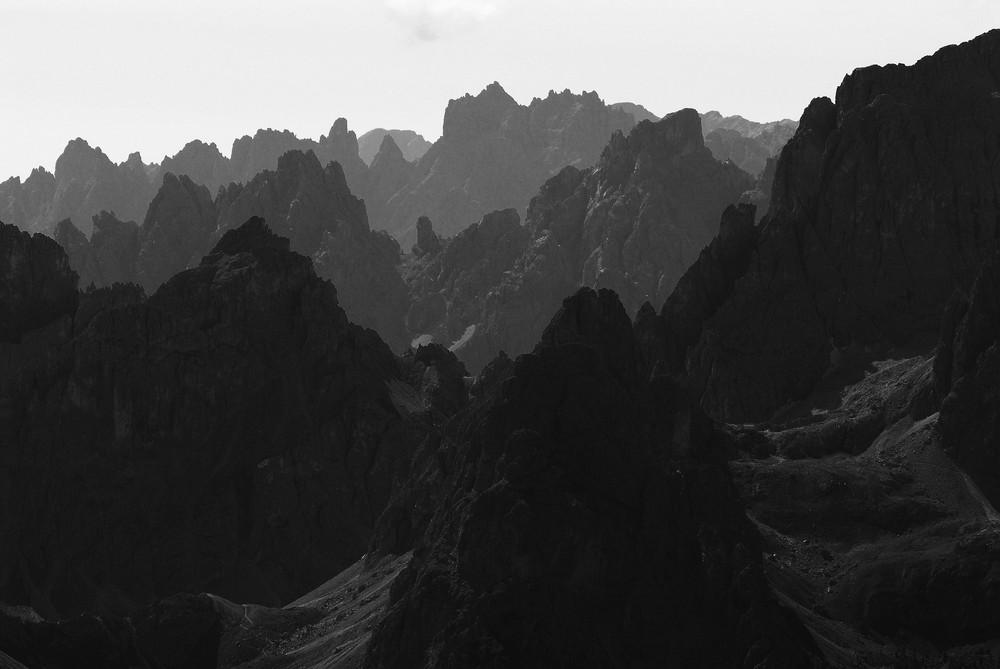 Dolomiten in schwarz-weiß