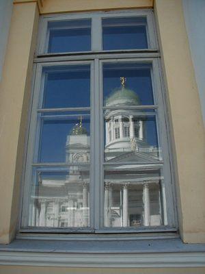 Dom in Helsinki (Spiegelbild in Fensterscheibe der Bibliothek)