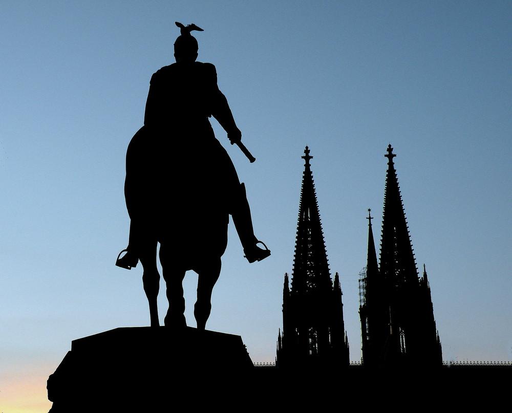 Dom und Reiterstatue im Abendlicht