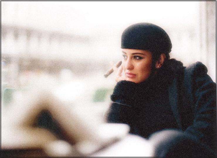 donna con cigarra
