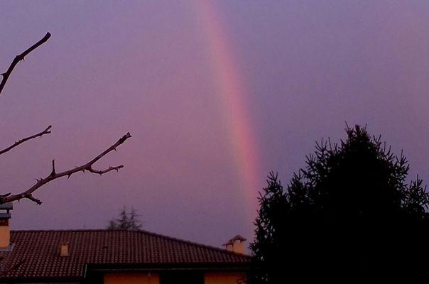 Dopo la pioggia torna il sereno brilla in cielo l'arcobaleno.