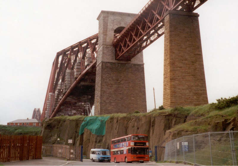 Doppelstockbus gegen Firth of Forth-Bridge