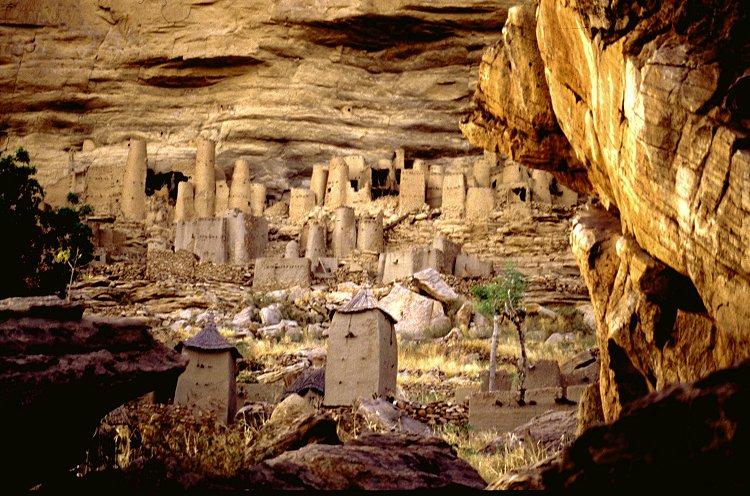 Dorf der Dogon am Hang der Falaise de Bandiagara