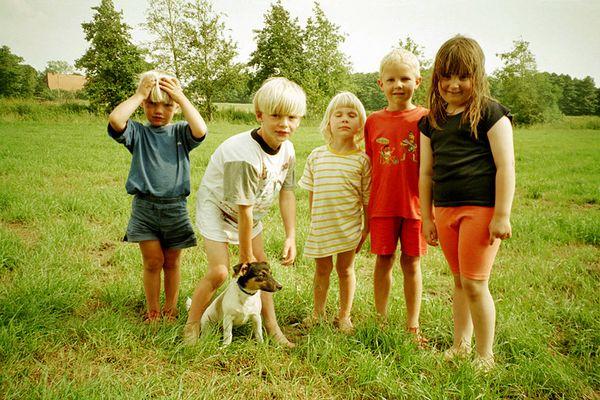 Dorfkinder mit Hund