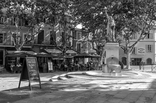 Dorfplatz in der Provence