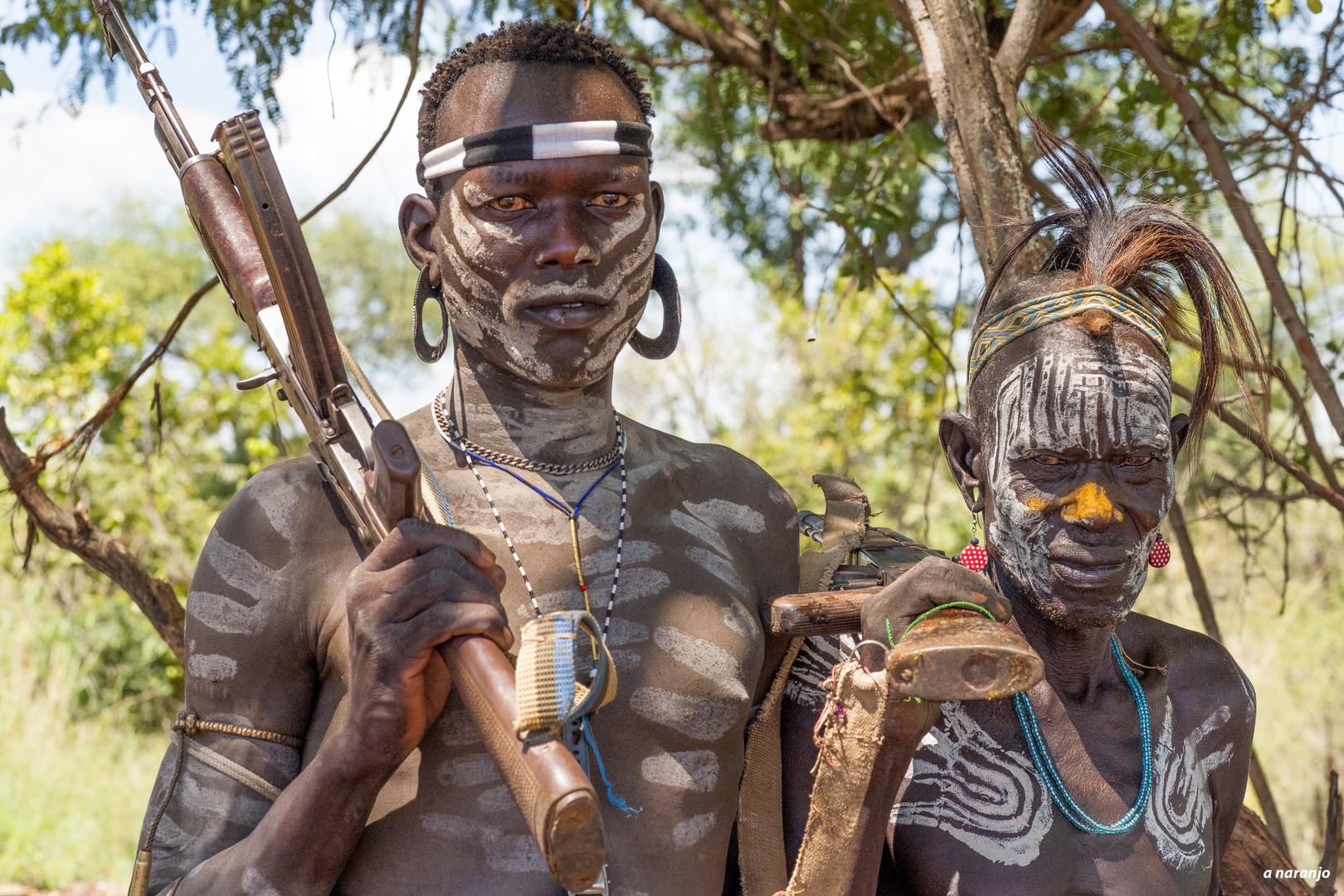 DOS GUERREROS MURSI ETIOPIA