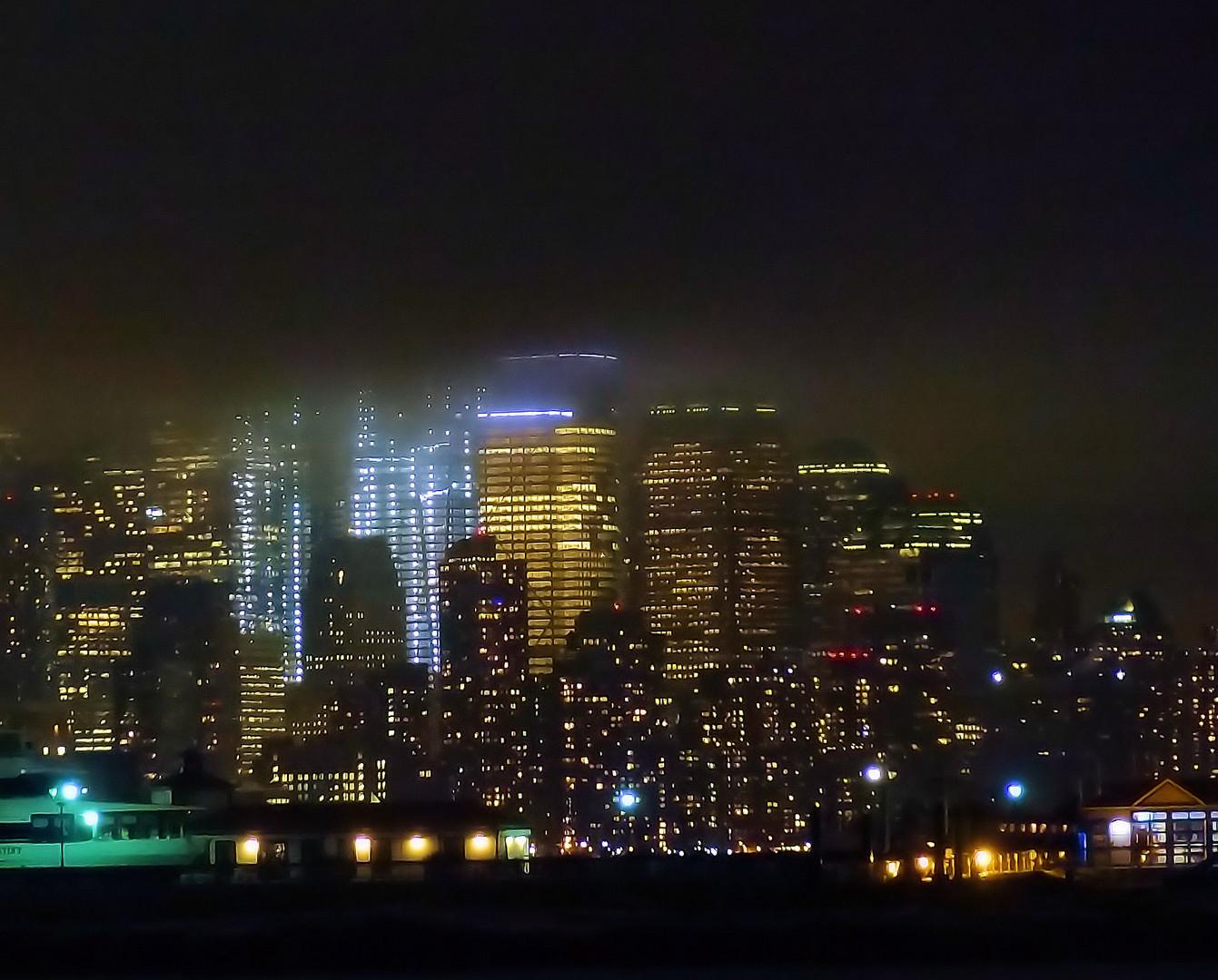 downtown manhattan unter wolkendecke
