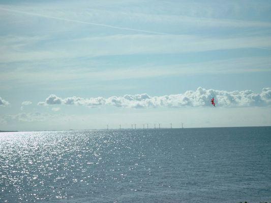 Drache vor Windkrafträdern