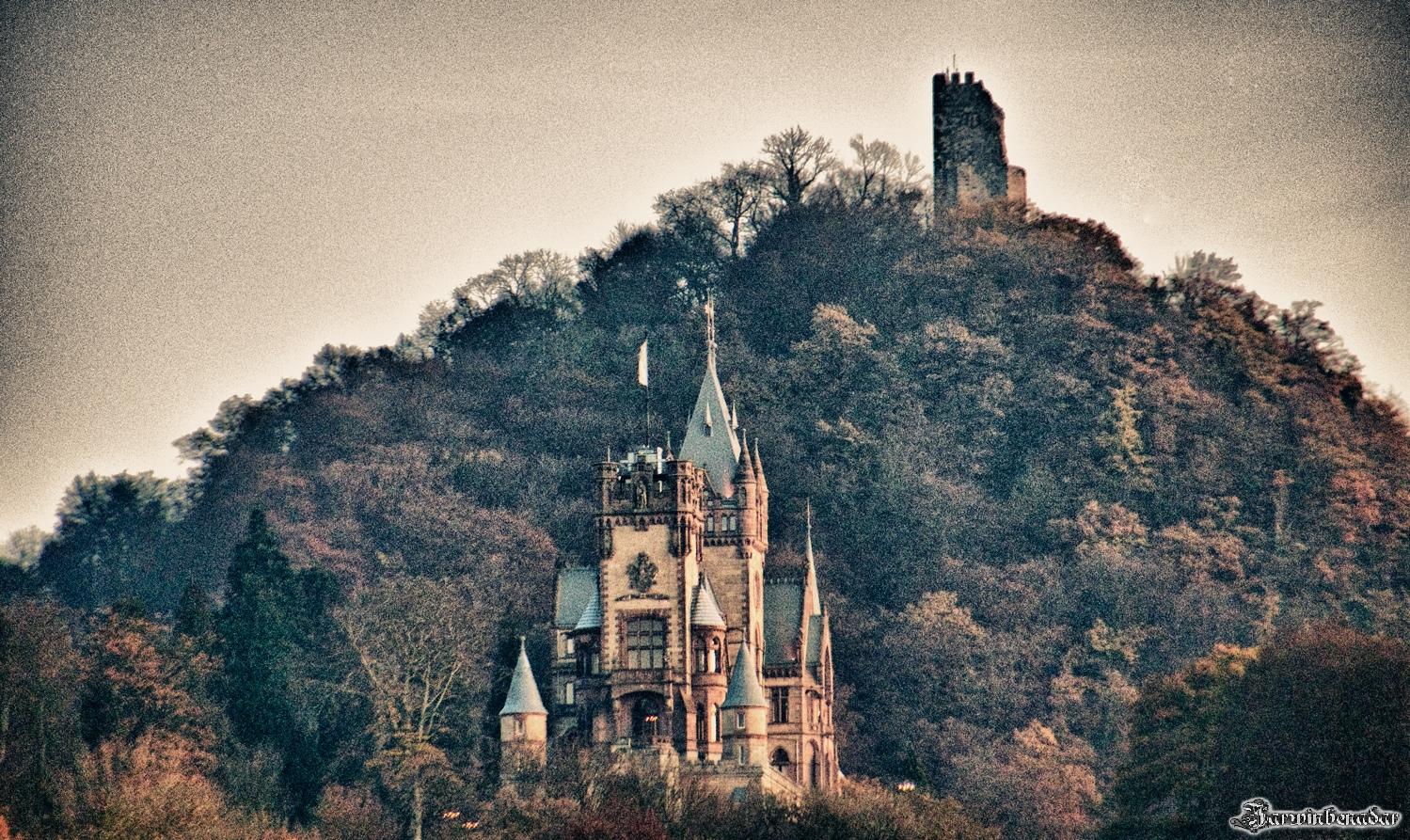 Drachenfels und Drachenburg im Licht der untergehenden Sonne