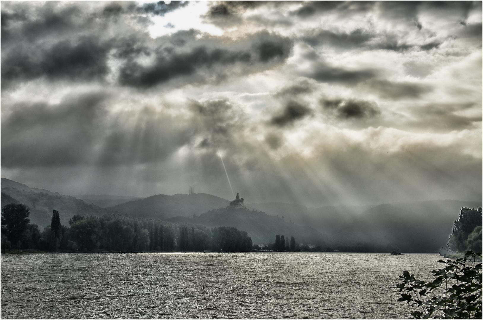 Dramatik um die Marksburg am Rhein