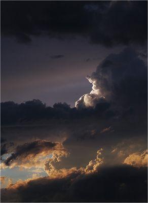 Dramatische Wolken im Abendlicht