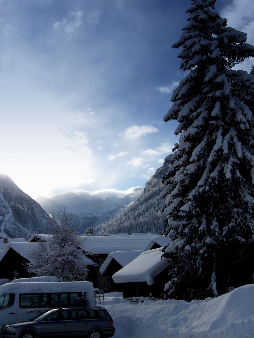 dramatischer Schneehimmel in Bergün