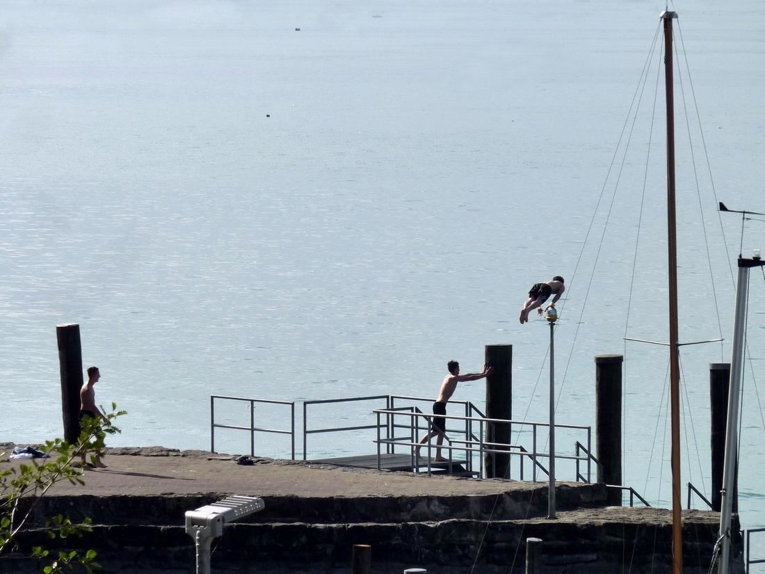 Drei am See - der Sprung