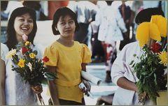 Drei Frauen in Birma in Tempelhalle