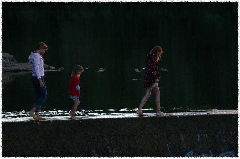 Drei im Sonnenuntergang auf der Staumauer