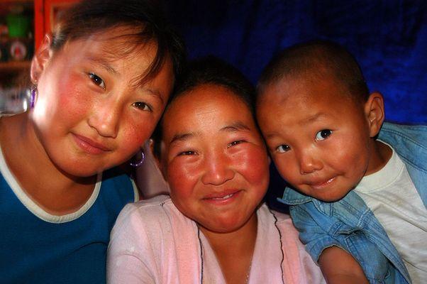 Drei Kinder im Ger, Wüste Gobi, Mongolei