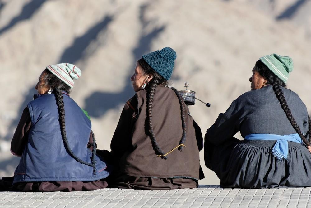 Drei Ladakhi-Frauen beim Sonnenuntergang