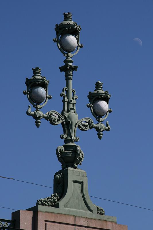 drei Lampen und ein Mond