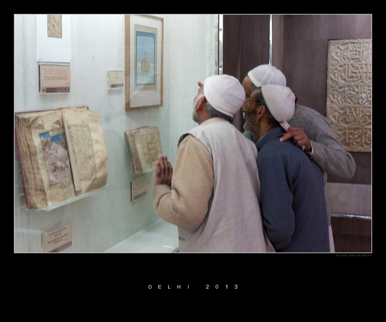 Drei Männer im Museum