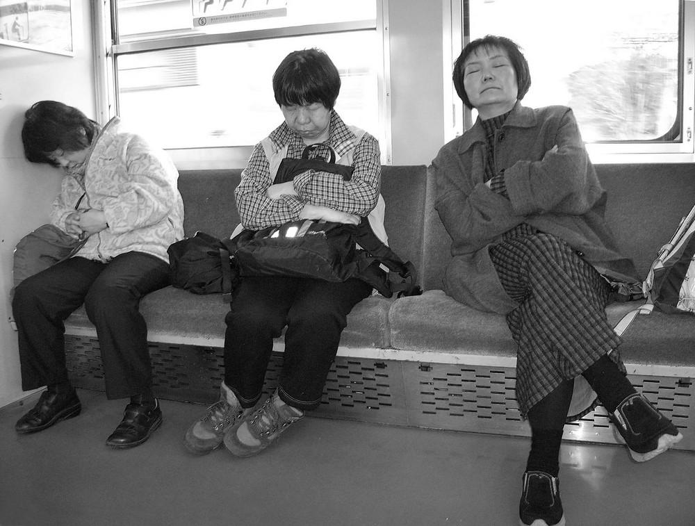 Drei schlafende Japanerinnen