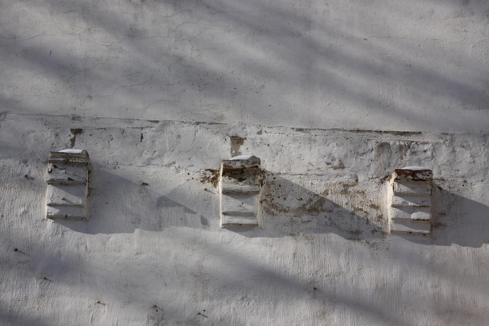 drei sockel auf weißer wand 2