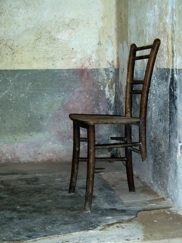 dreibeinige Stuhlruine