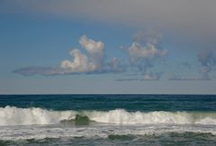 Dreifache Quellwolkenformation mit gerader Unterkante an der dänischen Nordseeküste von Midtjylland