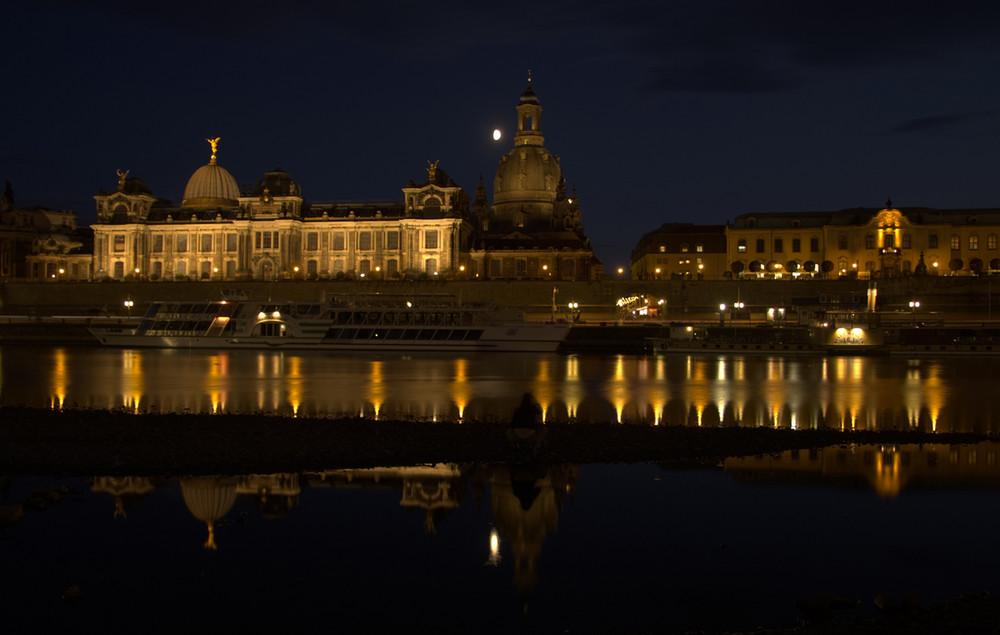 Dresden - Frauenkirche - Nacht - Mond - Spiegelung