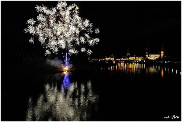 Dresden mit Feuerwerk an der Elbe