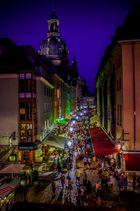 Dresden, Münzgasse um 20 Uhr Abends. Im Hintergrund die Frauenkirche