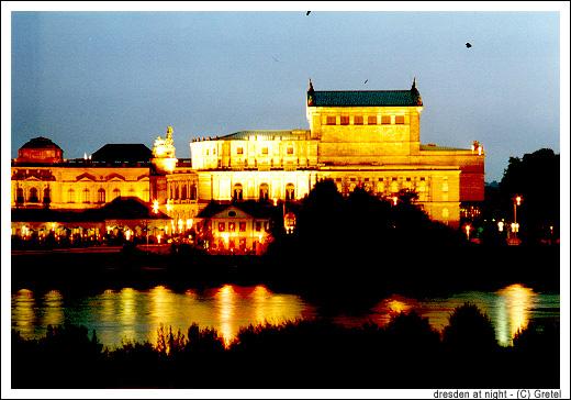 Dresden: Semperoper bei Nacht
