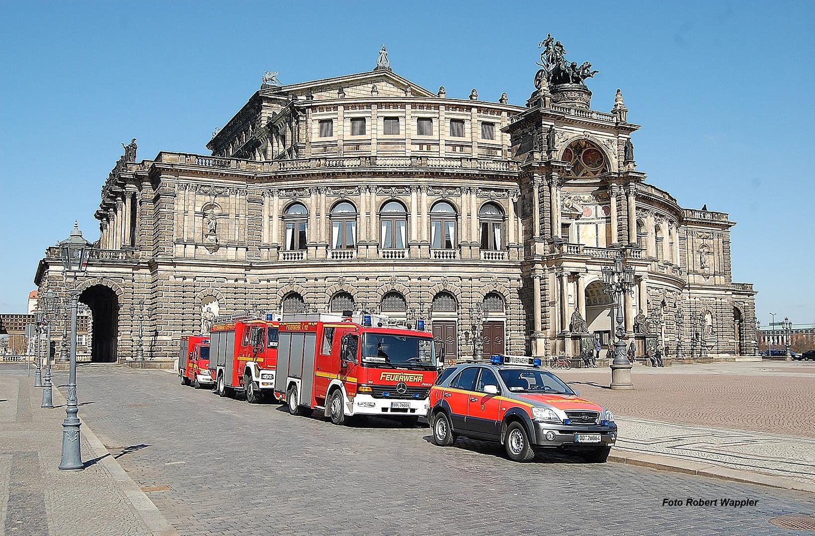 Dresdner Feuerwehr vor der Semperoper in Dresden am 22.03.10