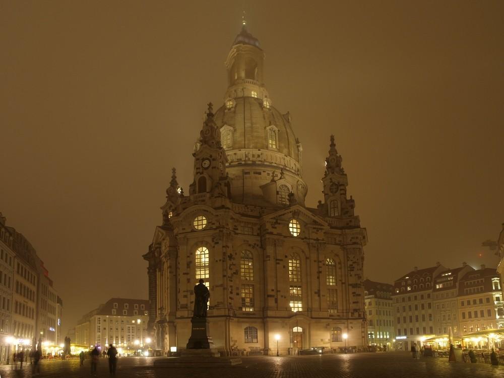 Dresdner Frauenkirche in nebliger Nacht