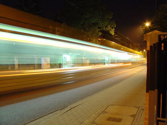 Dresdner Straßenbahn bei Nacht