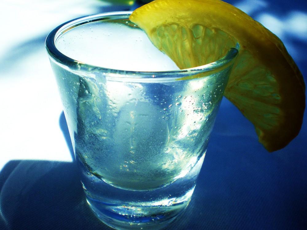 drink mit citronenschnitz