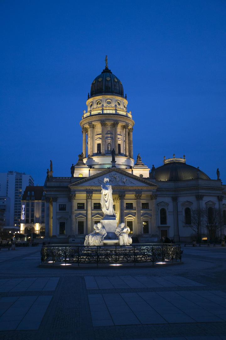 """dt. Dom in Berlin am Gendarmenmarkt zur """"blauen Stunde"""""""