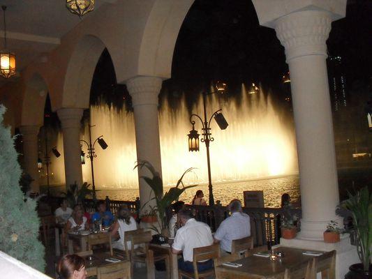 Dubai Fontäne von einer Restaurantterrasse aus.