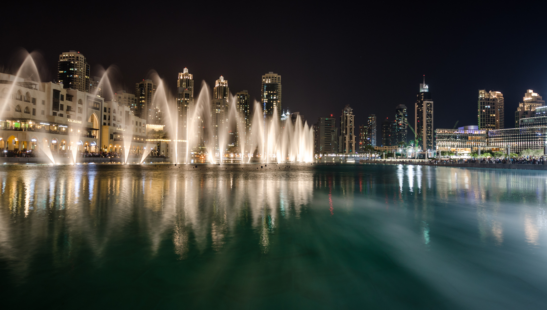 Dubai Fountain Lake bei Nacht
