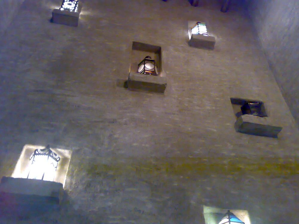 Dubai Hotel Bab Al Shams Mauer mit Lichtern