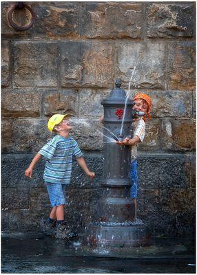 Due bambini e una fontana
