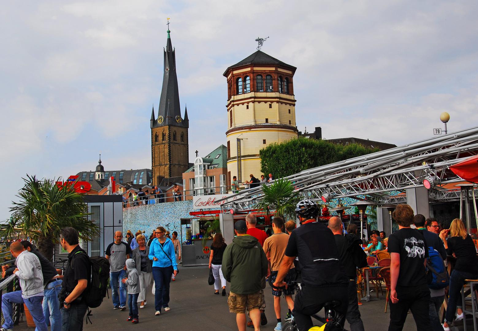 Düsseldorf, alter Schlossturm & Rheinpromenade samstagsabends