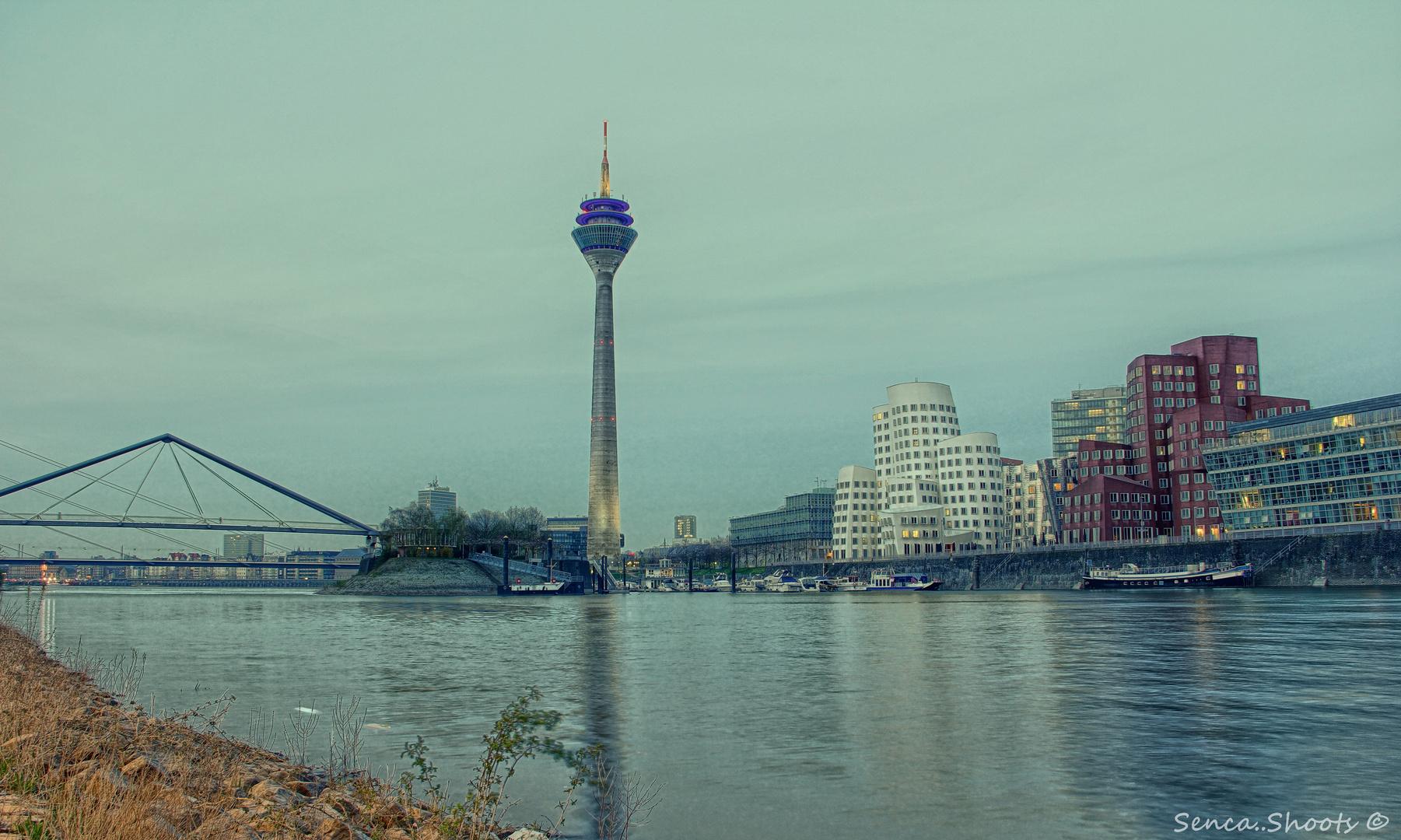 Düsseldorf bei Dämmerung