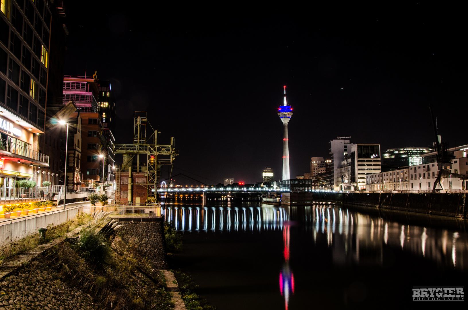 Düsseldorf bei Nacht.