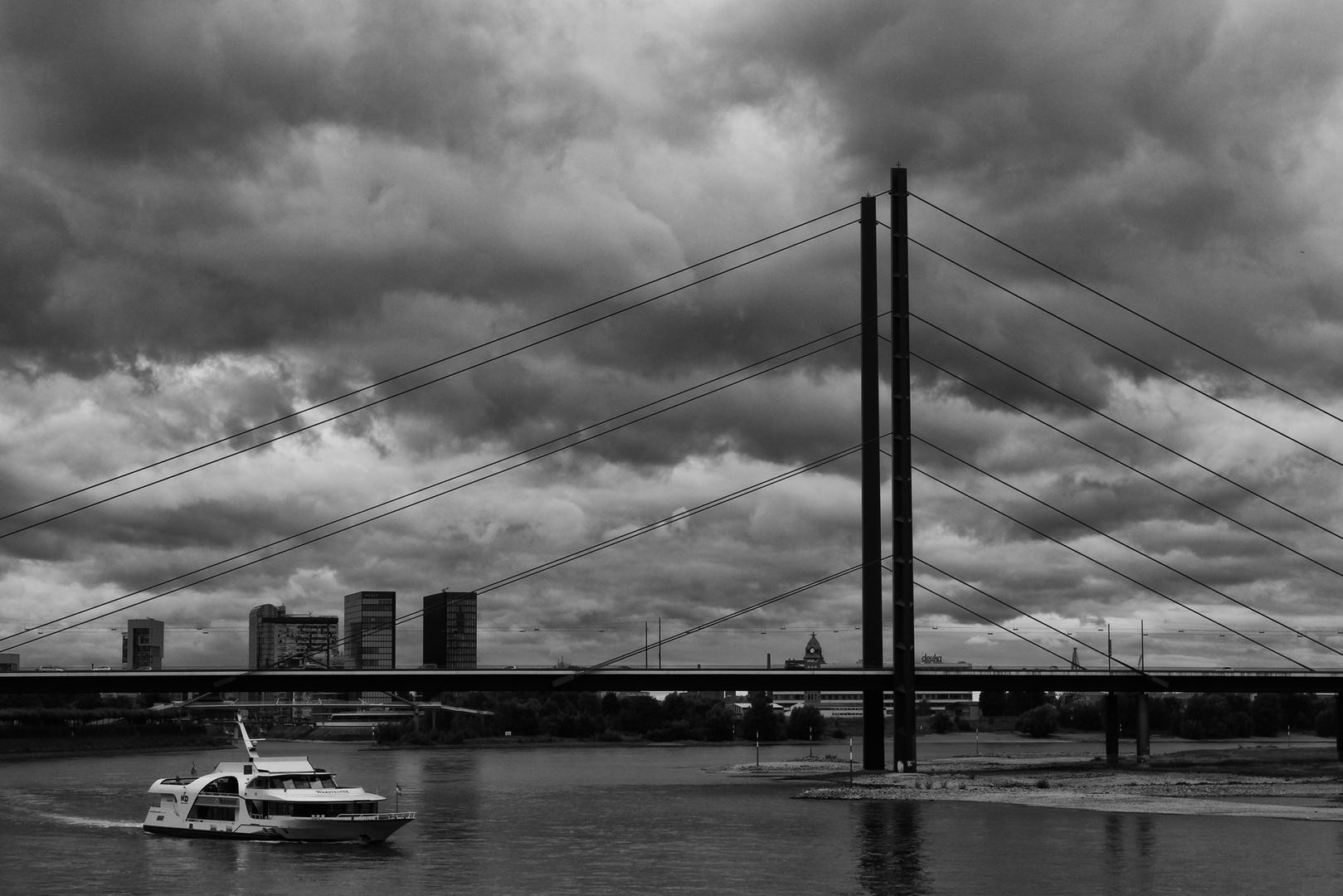 Düsseldorf, bewölkt, 20 Grad.
