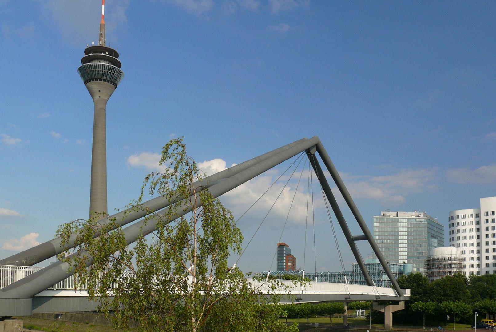Düsseldorf - Blick durch die Brückenkonstruktion im Medienhafen - reloaded