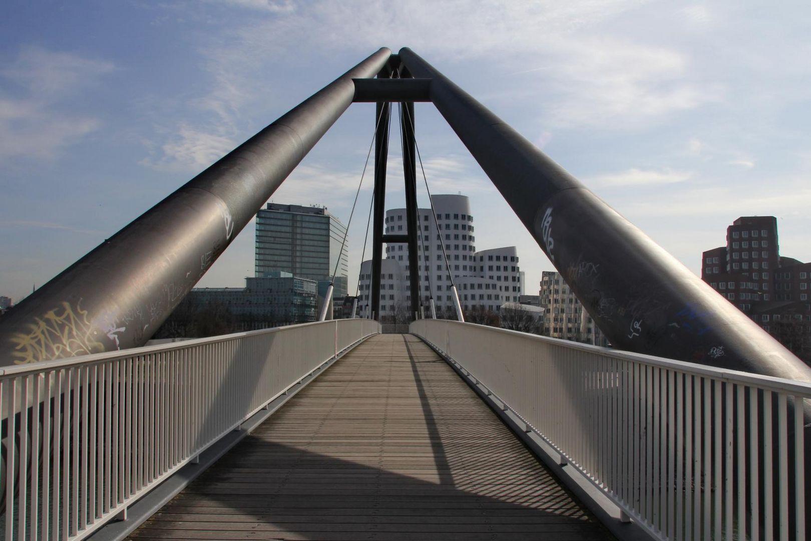 Düsseldorf Brücke im Medienhafen
