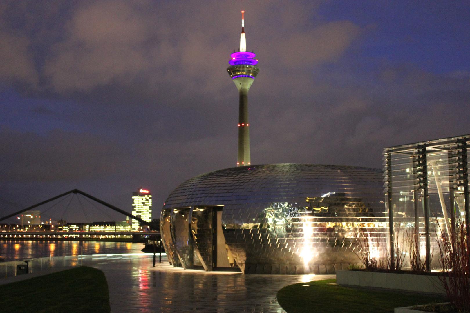 Düsseldorf Fernsehturm und Medienhafen vom Hyatt Hotel