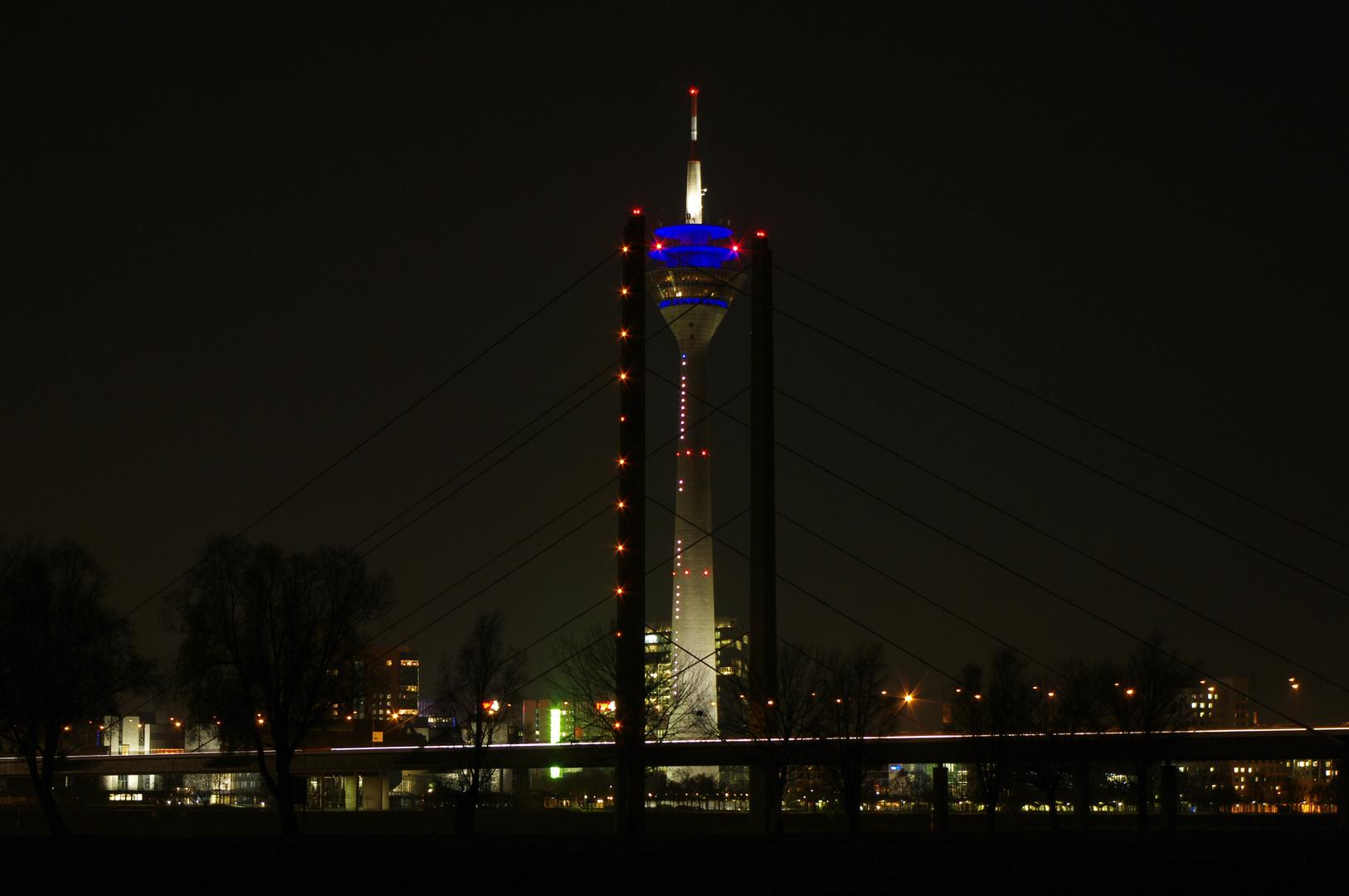 Düsseldorf Fernsehturm und Rhein-Knie-Brücke