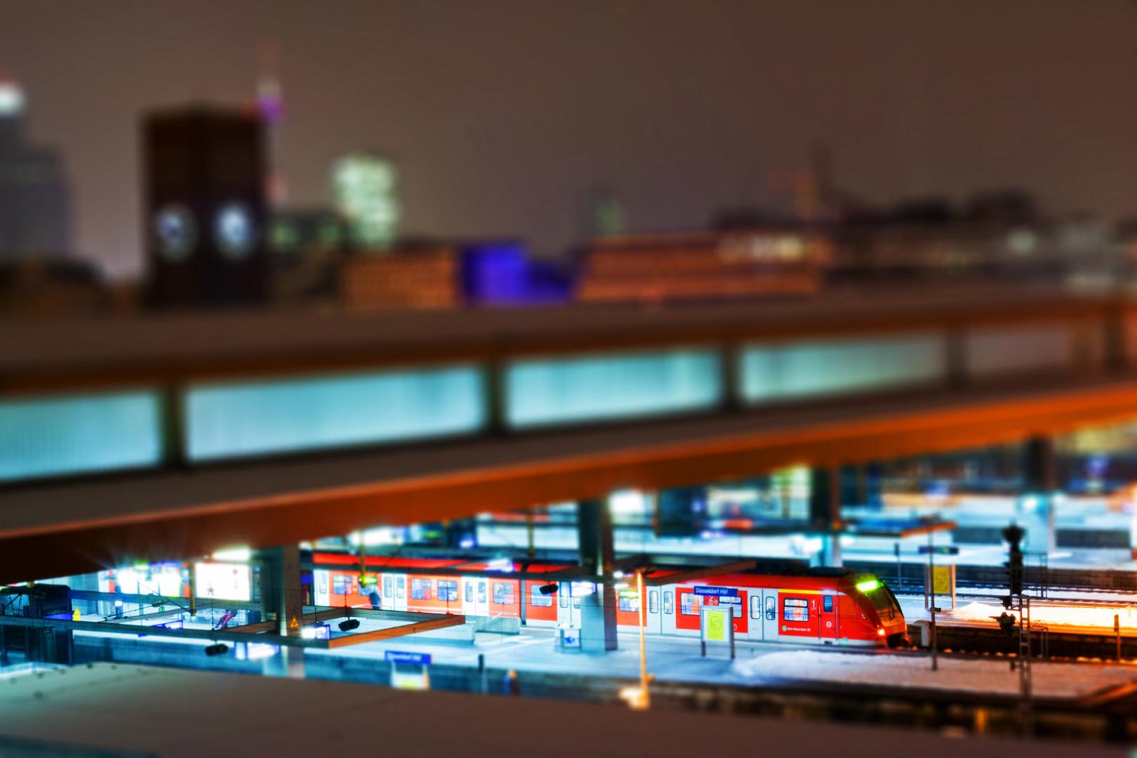 Düsseldorf Hbf bei Nacht mit Miniatur-Effekt (Tilt/Shift)