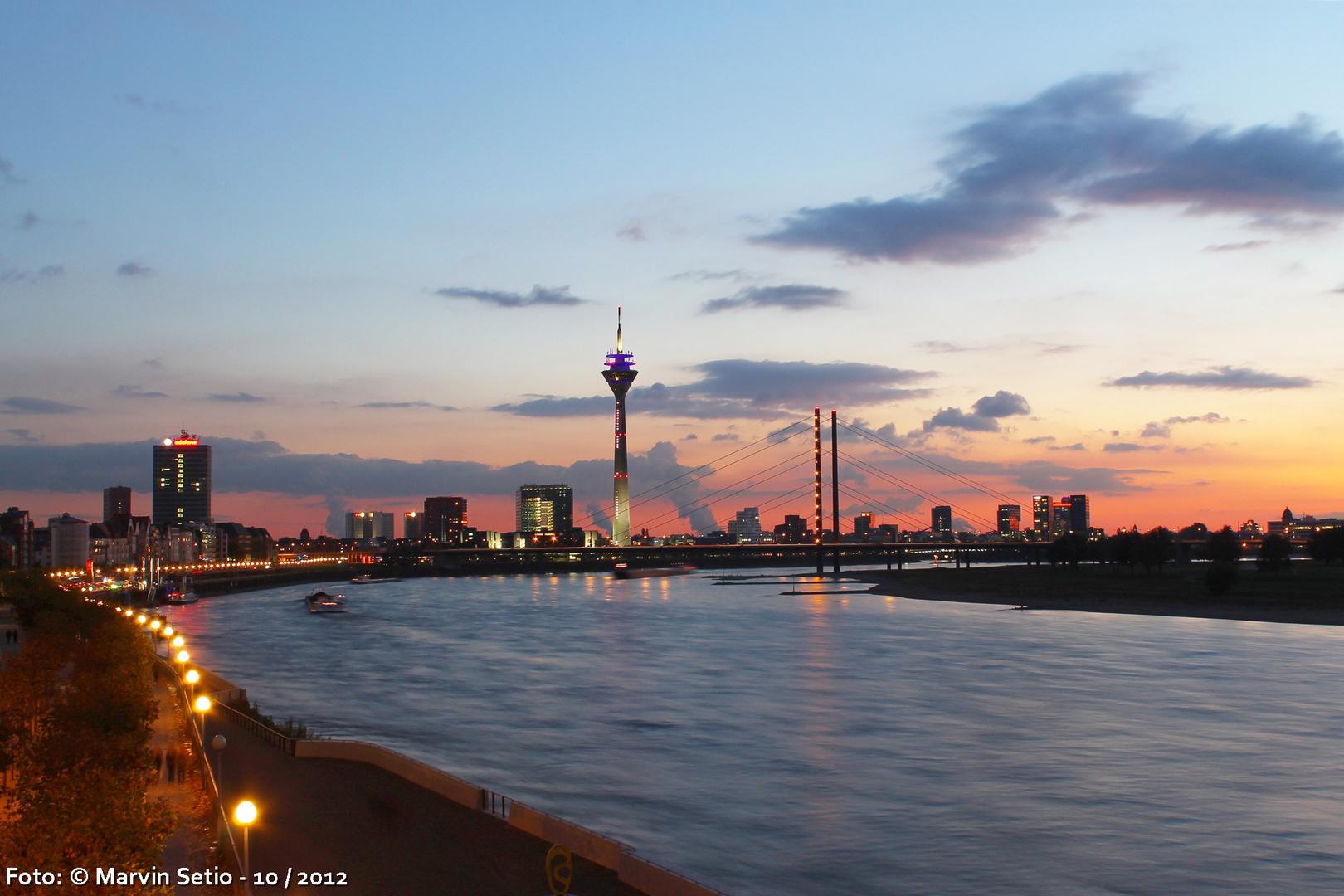 Düsseldorf in Abenddämmerung